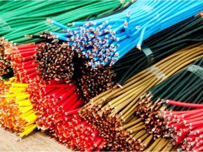 Diverse Kabel in unterschiedlichen Farben